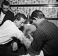 Man wordt getatoeëerd door tatoeëerder Jack, Bestanddeelnr 252-9239.jpg