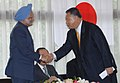 Manmohan Singh being welcomed by the former Prime Minister of Japan, Mr. Yoshiro Mori at the Reception, organised by the Japan India Association and Japan India Parliamentary Friendship League, in Tokyo, Japan.jpg