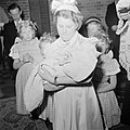 Meisje houdt baby op de arm, Bestanddeelnr 255-8590.jpg