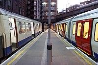 Un train de la ligne métropolitaine A60 en direction sud se trouve sur la plate-forme 3. Un train de série S8 se terminant sur la plate-forme 4 à droite.