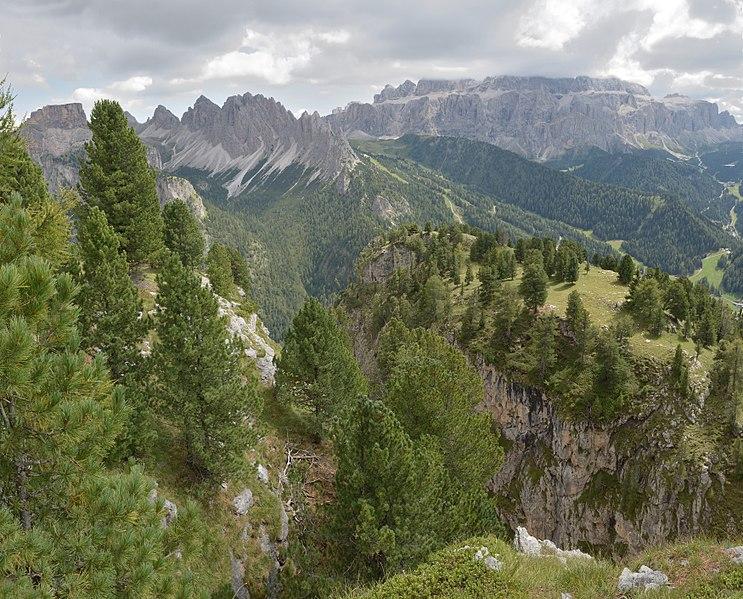 File:Mont de Sëura Chedul Pizes de Cir Pizes Cuecenes Sela Gherdëina.jpg