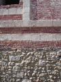 Mur craie et brique sur soubassement silex.png