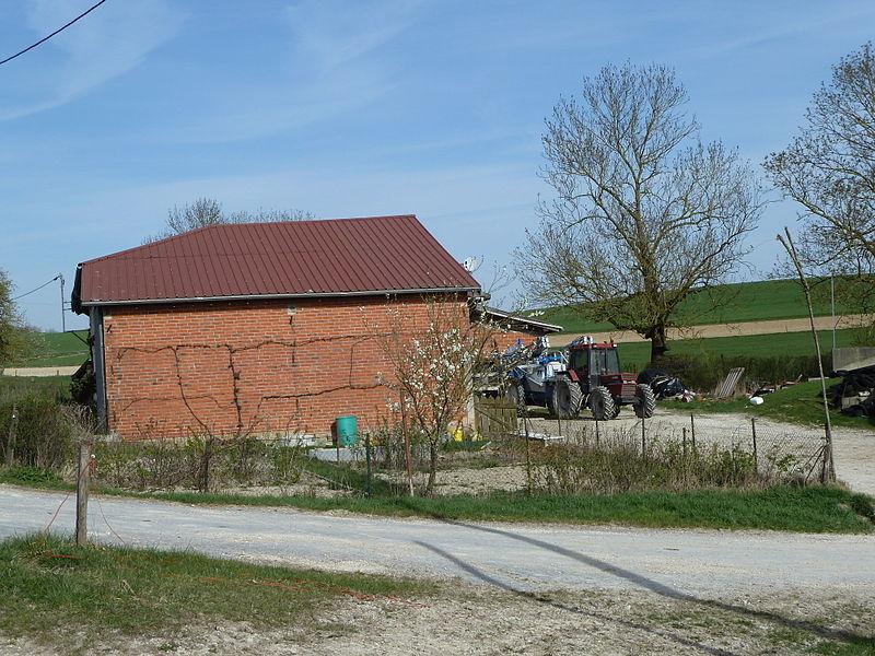 """Noirlieu 51 Ferme de la Maison Rouge, au bord de la route D994 - localisation: 48.919722, 4.810289. Le toponyme de """"Maison Rouge"""" est caractéristique des voies romaines."""