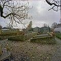 Overzicht tuin met koude bakken en oude broeiramen, dubbele moderne kas en gedeelte van oude vrijstaande kas, pomp en hooiberg op de achtergrond - Beesd - 20404801 - RCE.jpg