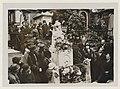 Pèlerinage sur la tombe de Chopin au Père-Lachaise vers 1920.jpg