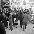 Paasviering Gelovigen bij de ingang van de Heilige Graf kerk, Bestanddeelnr 255-5253.jpg