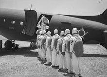Paraquedistas embarcando em um Douglas C-47 Skytrain c4afcd230be