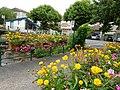 Passerelle fleurie sur la Crempse et office de tourisme, Mussidan.jpg