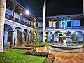 Pati amb font de la Casona San Marcos de Lima de nit.jpg