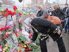 Fiori lasciati sul luogo dell'omicidio di Nemcov.