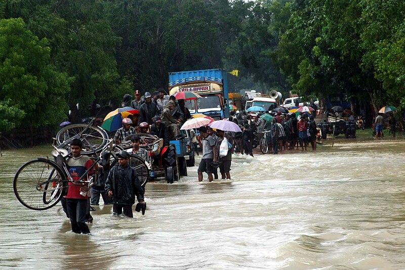 File:People fleeing floods on Sri Lanka.jpg