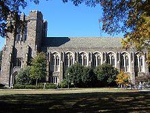 El exterior de estilo gótico y la hierba del césped de un edificio en primer plano