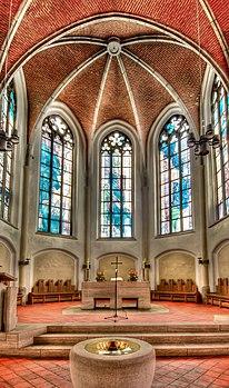 Petri-Kirche-Innen-Altarbereich.jpg
