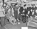 Piet Hein naar Korea dame zingt voor officieren, Bestanddeelnr 904-9269.jpg