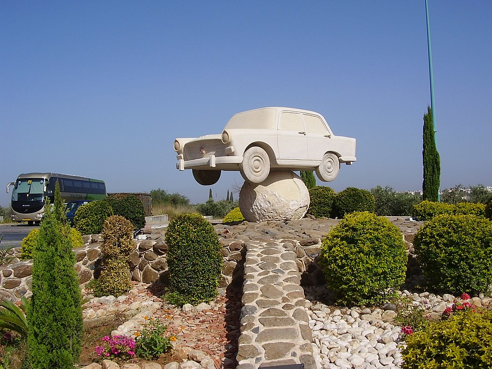 PikiWiki Israel 8672 statue of a car in julis