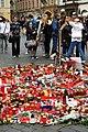 Praha, Staroměstské náměstí, rozloučení s třemi zahynulými českými hokejisty, svíčky II.jpg