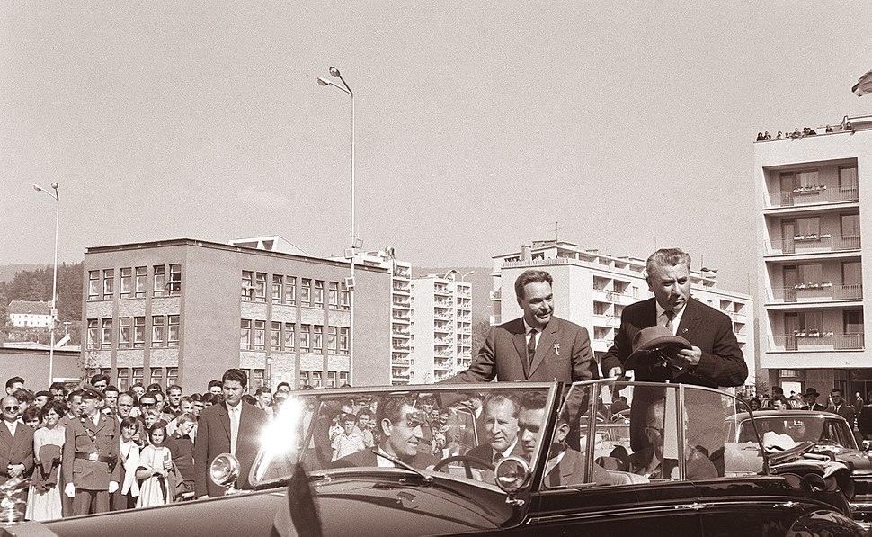 Predsednik Brežnjev v spremstvu Aleksandra Rankoviča in Miha Marinka odzdravlja zbranim Velenjčanom 1962 (2)