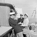 Prins Bernhard aan dek in gesprek met twee bemanningleden, Bestanddeelnr 255-7634.jpg