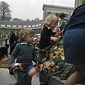 Prins Willem-Alexander en prins Friso op de trappen van paleis Soestdijk bij het, Bestanddeelnr 254-9254.jpg