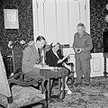Prinses Juliana overlegt met twee heren in het kantoor van het Rode Kruis, Bestanddeelnr 255-7664.jpg