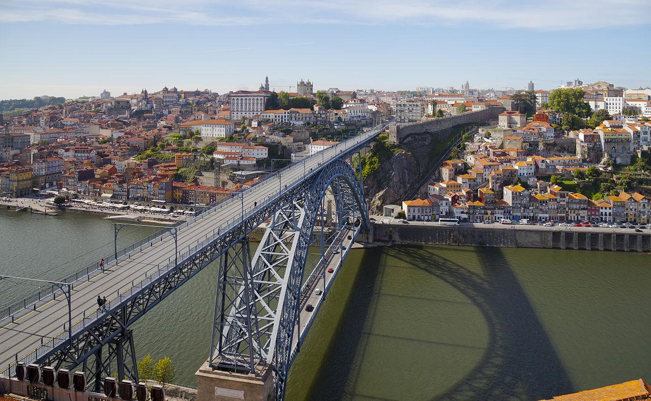 Le pont Dom-Luís, sur le Douro, reliant Porto à Vila Nova de Gaia, au Portugal.  (définition réelle 5292×3265)