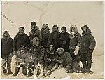 Q3c073. Mannskapet samlet ute på isen (15764400774).jpg