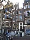 foto van Huis met halsgevel waarin empire deurpartij en roedenverdeling