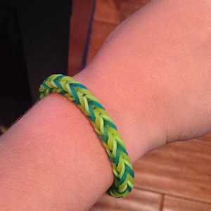 Rainbow Loom - A fishtail bracelet made from loom bands