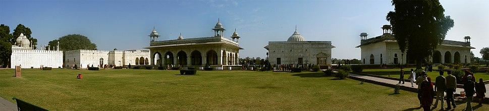 Panoramic view of the imperial enclosure. From left: Moti Masjid, the hammam, Divan-i-Khas, Khas Mahal and the 'Rang Mahal