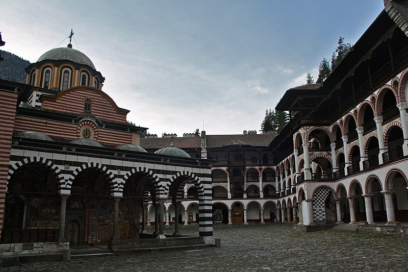 Рільський монастир (фото Kyle Taylor, CC-BY-2.0) https://commons.wikimedia.org/wiki/File:Rila_Monastery_interior_view.jpg