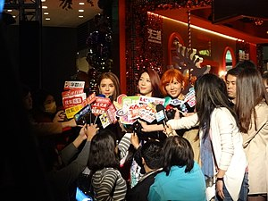 SKM Dream Girls interview 20131204 1.jpg