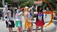Photographie de quatre jeunes filles déguisées en SailorSaturn, Jupiter, Venus et Mars.