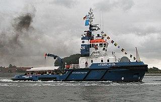 Ein Schiff, in einer kleineren