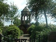 Abatejo Shrewsbury-refektoriokatedro ĉirkaŭite de arboj.