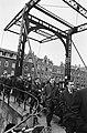 Spelers en officials van Dukla Praag wandelen door Amsterdam. In het midden het , Bestanddeelnr 920-1243.jpg