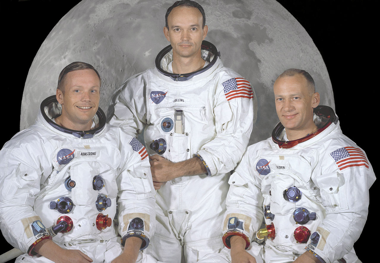 Retrato de la tripulación principal de la misión de alunizaje Apolo 11. De izquierda a derecha son: El comandante, Neil A. Armstrong; el piloto del módulo de mando, Michael Collins; y el piloto del módulo lunar, Edwin E. Aldrin Jr.