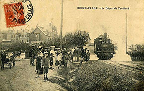 Estivants devant le train au départ de Berck-Plage