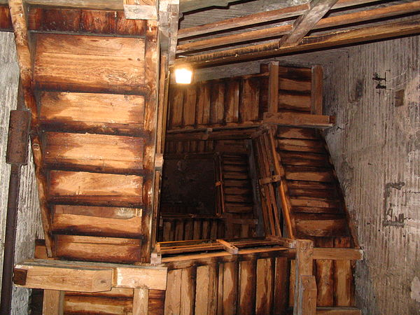 600px-Two_Towers-Inside_Asinelli_Looking