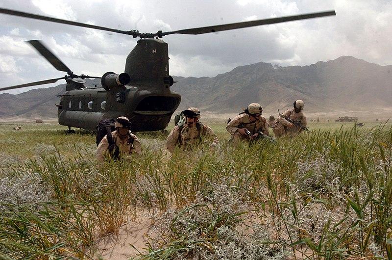 Quelle: http://commons.wikimedia.org/wiki/File:US-Soldaten_nahe_Bangram_in_Afghanistan_Juni2005.jpg?uselang=de
