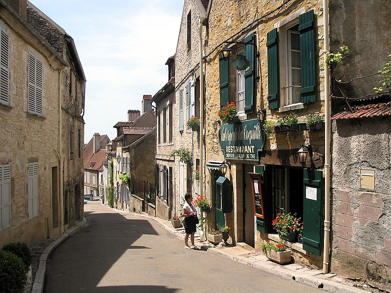 Vézelay (Yonne - France), rue Saint-Pierre.
