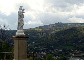 La vierge de Fleurieu-sur-Saône (Rhône) et le Mont-Thou.