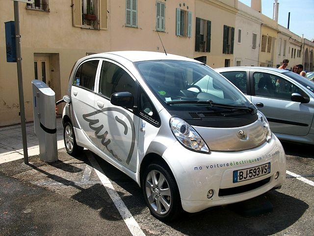 Une voiture électrique en rechargement (Crédit : Kevin.B) Source : https://commons.wikimedia.org/wiki/File:Voiture_électrique_Peugeot_en_rechargement_-Nice.JPG