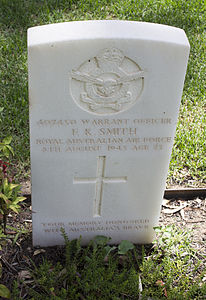 Warrant Officer F K Smith gravestone in the Wagga Wagga War Cemetery.jpg