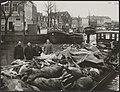 Watersnood 1953 Kadavers van runderen op schuit in de haven van Zierikzee, Bestanddeelnr 059-1195.jpg
