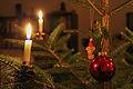 Weihnachtsbaum mit Kugel und Kerzen 2013.jpg