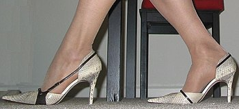 English: A pair of high-heeled shoes.