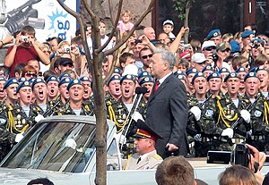 Yuriy Yekhanurov -  Yuriy Yekhanurov inspecting troops of the 95th Airmobile Brigade on Khreshchatyk in Kyiv on the Independence day 2008.