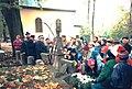 Zdzisław Konicki oprowadza po Starym Cmentarzu w Łodzi fot M Z Wojalski 1990.jpg