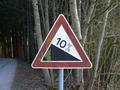 Zeichen 108 - Gefälle, hier 10 %; StVO 1970.png