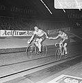 Zesdaagse wielrennen in RAI Amsterdam. Klaus Bugdahl en Dieter Kemper wisselen, Bestanddeelnr 923-0790.jpg